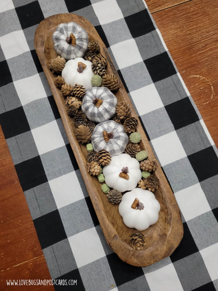 DIY bread bowl with pumpkins and pinecones - DIY rustic farmhouse fall decor ideas